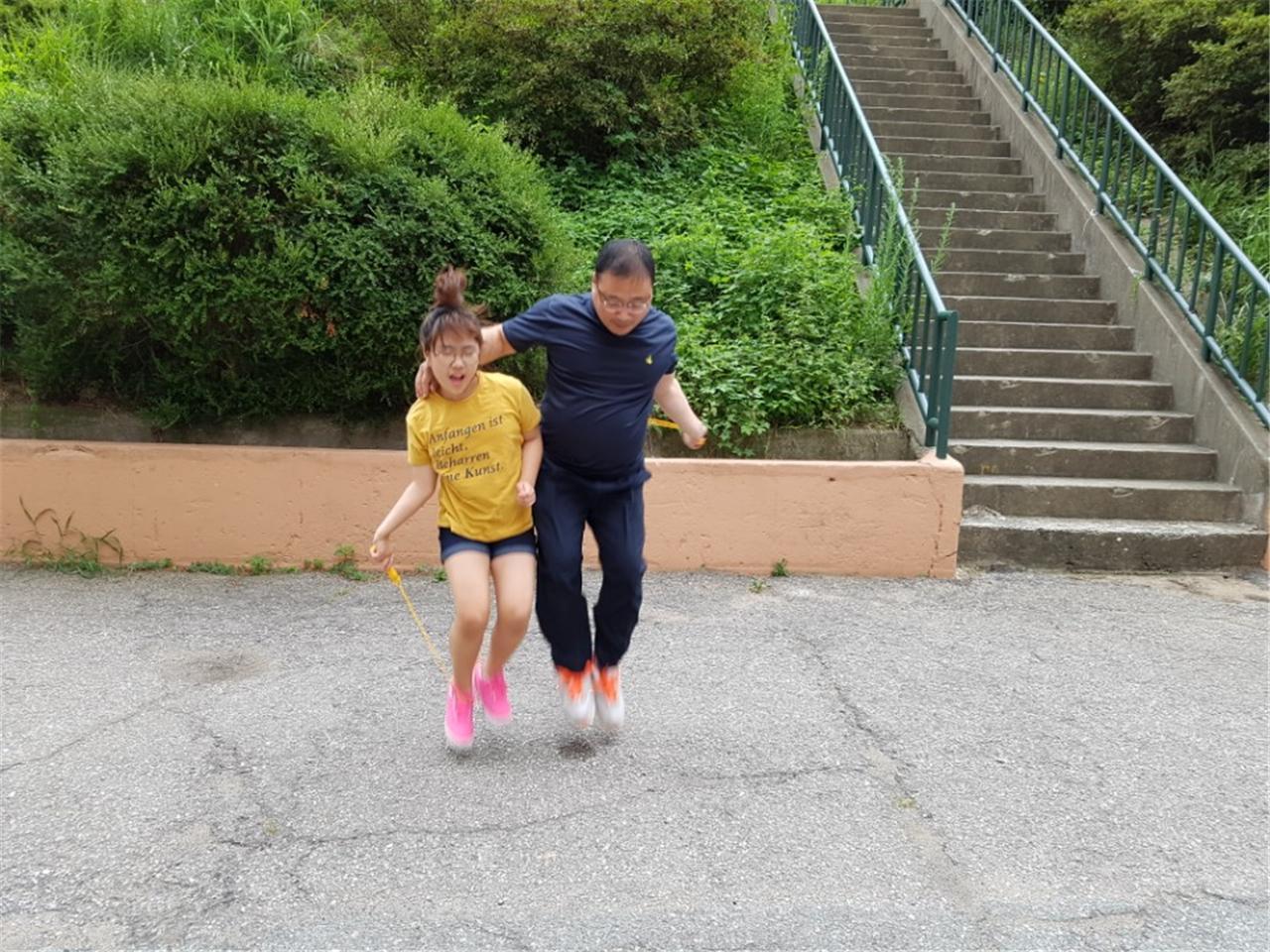 가족형포상제의 신체단련활동으로 줄넘기를 하고 있는 노혜린 양(왼쪽)과 아버지 노일성 씨.