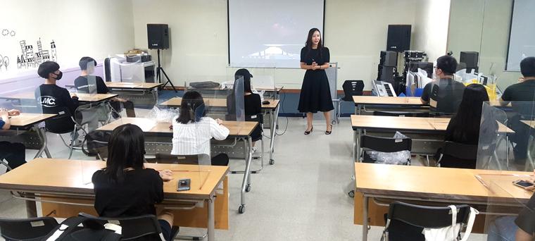 김포시청소년수련원 청소년운영위원회 청소년들이 봉사활동 전 교육을 받고 있다.